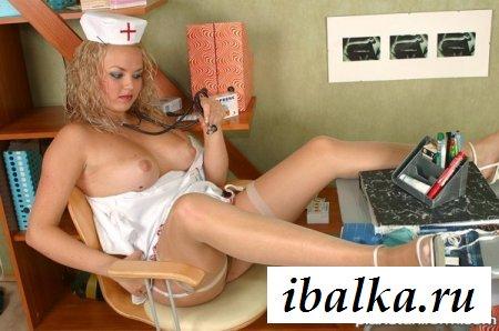 Голая медсестричка дрочит в кресле терапевта