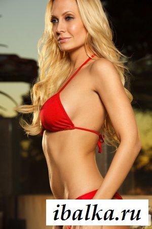 Взрослая женщина в красном купальнике