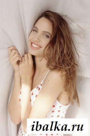 Знаменитость Анджелина Джоли показала эротический архив