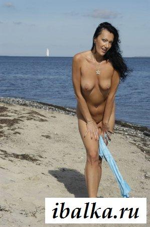 Мамаша шлепает задницу на фоне моря