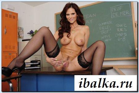 Учительница после уроков показывает сиськи