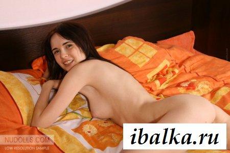 Восемнадцатилетняя девушка из России обнажена и сексапильна