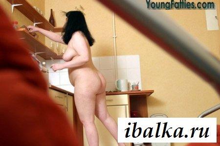 Фотки толстой обнаженной домохозяйки в кухне