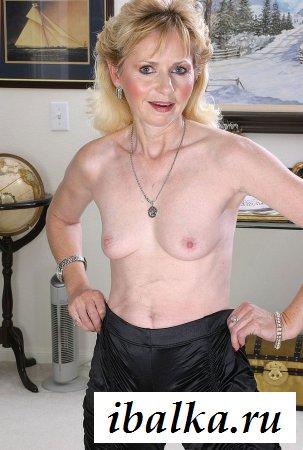 Бабушка с румяными щечками раздевается до сисек