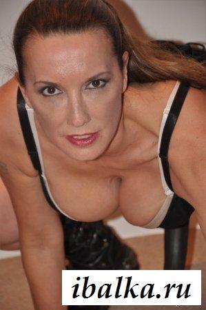 Спортивная грудастая женщина в латексе