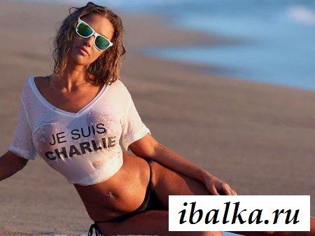 Спортивная обнаженная француженка смотрит на море