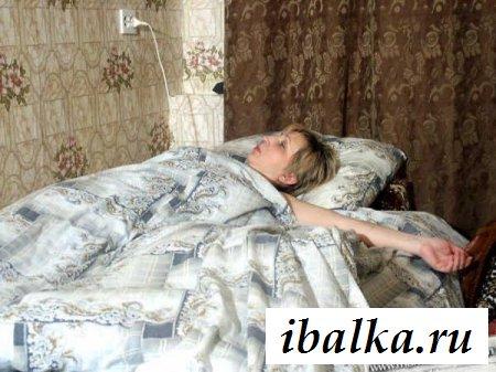 Голая мамзель спит с дилдо под подушкой