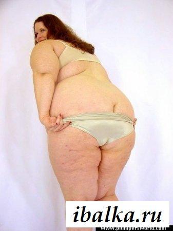 Рыжая толстушка в обнаженке