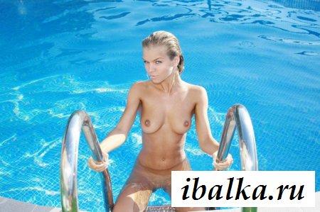 Вспотевшая голая модель балдеет в бассейне