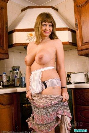 Пошлое поведение на кухне голой бабушки