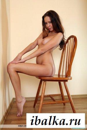 Длинноногая восемнадцатилетняя девушка на стуле