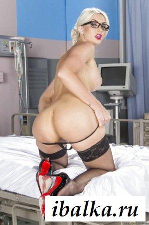 Медсестра в эффектных чулочках