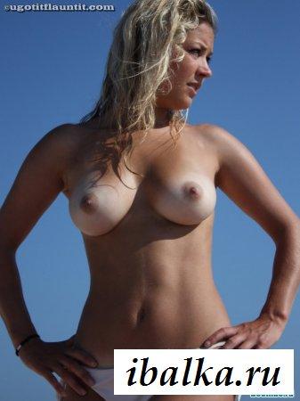 Спелая грудь привлекательной нудистки
