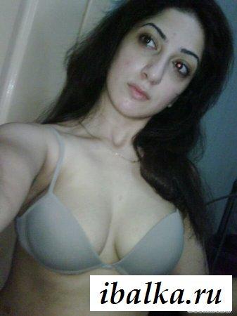 Армянка показывает свой бюст