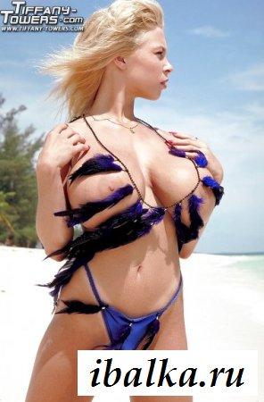 Большие сиськи девушки на пляже