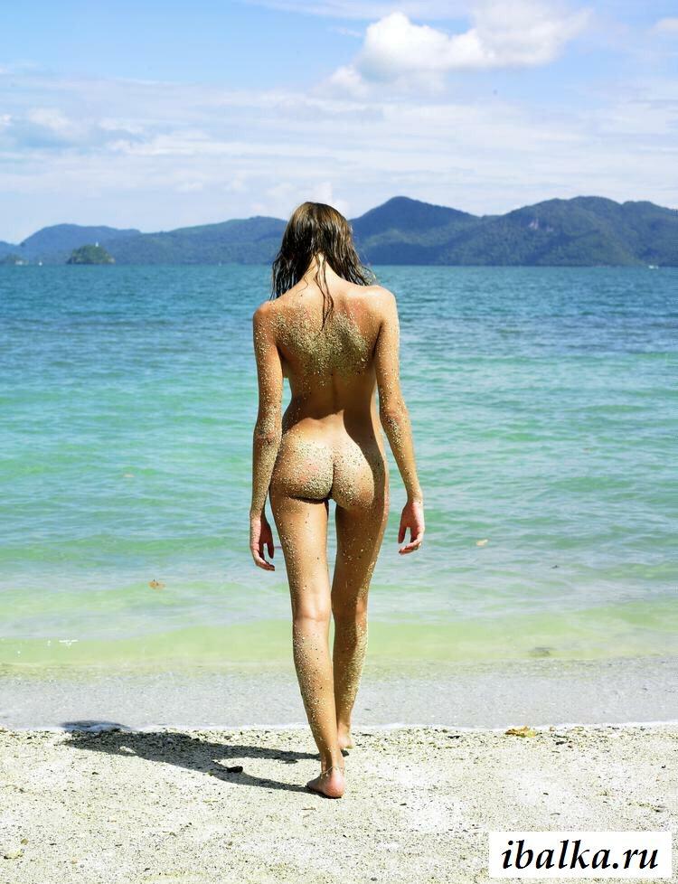 Голая нудистка в песке