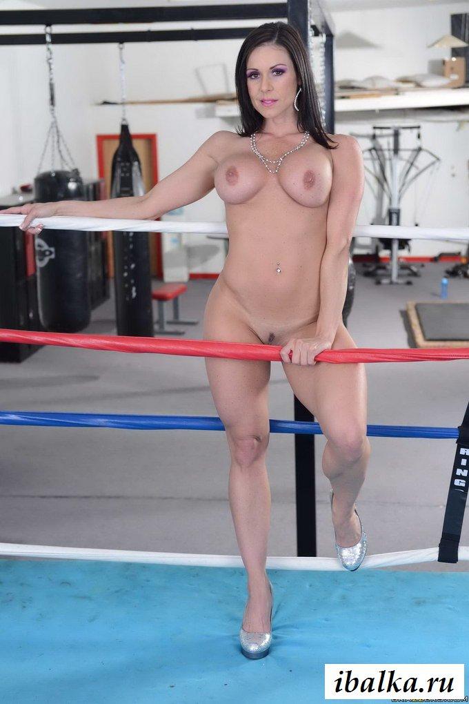 Голые буфера боксёрши на ринге
