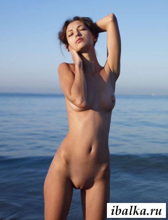 Голая красавица на пляже заводит