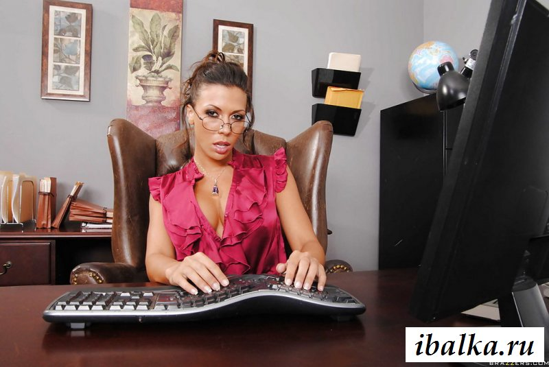 Голая вызывающая помощница в офисе