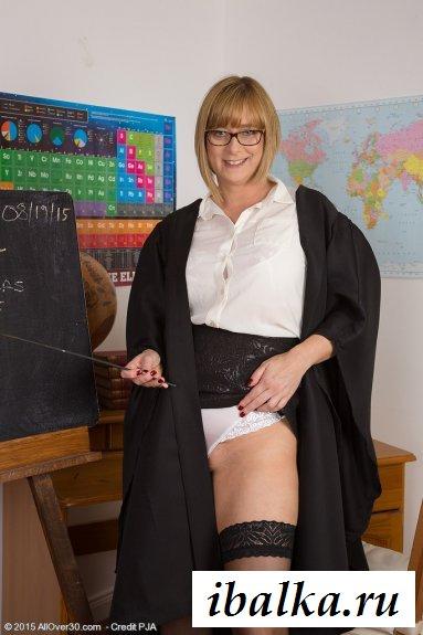 Голые ягодицы преподавательницы в чулках