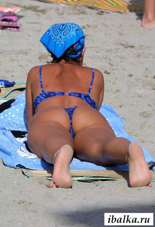 Голые красавицы на пляже отдыхают