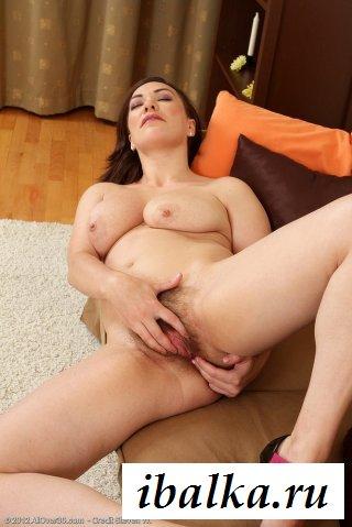 Голая брюнетка играет с вагиной