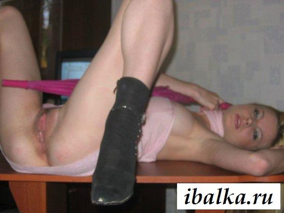 Красивая шмонька сексуально обнажается
