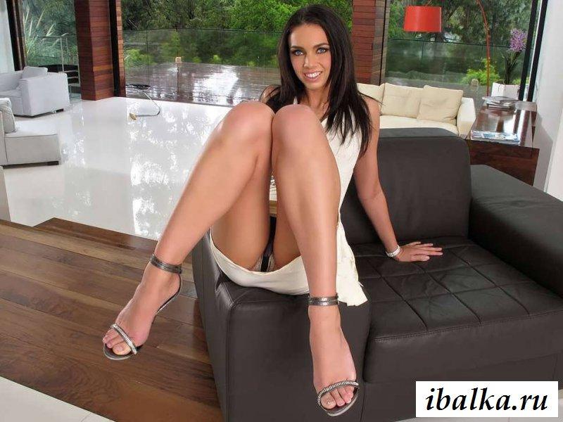Сексуальная попка голой латиноамериканки на диване (22 фото эротики)