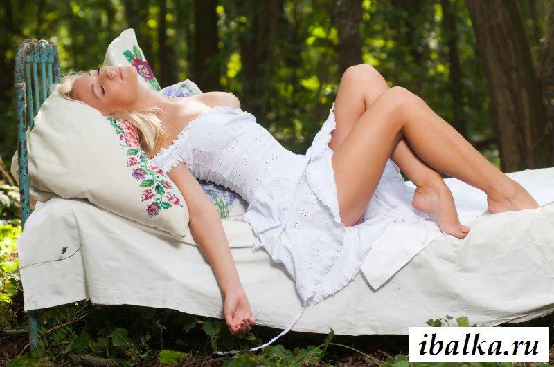 Эротика белянки с сексуальной попкой в лесу (25 фото)