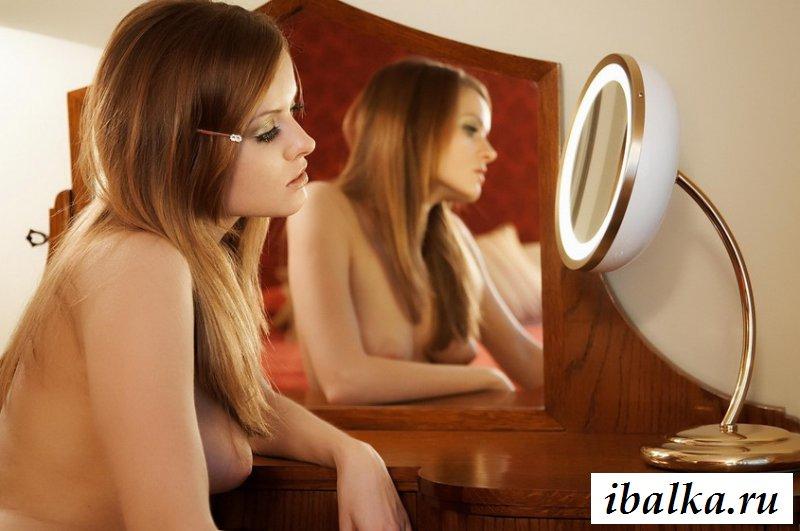 Обнаженная деваха позирует перед зеркалом (20 фото эротики)
