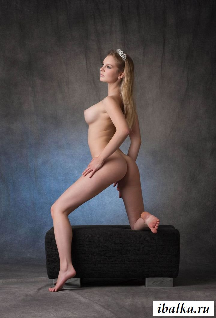 Эротика княжны с большими сиськами на пуфике (21 фото)