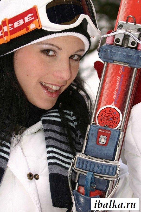 Обнаженная шведская девушка на снегу (15 фото эротики)