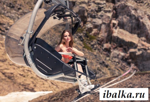 Голая скандинавская девушка на лыжах в горах (20 фото эротики)