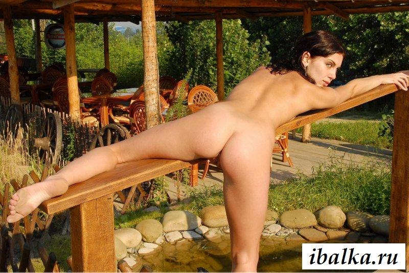 Раздетая девчонка в траве с манящей пиздушкой (32 фото эротики)