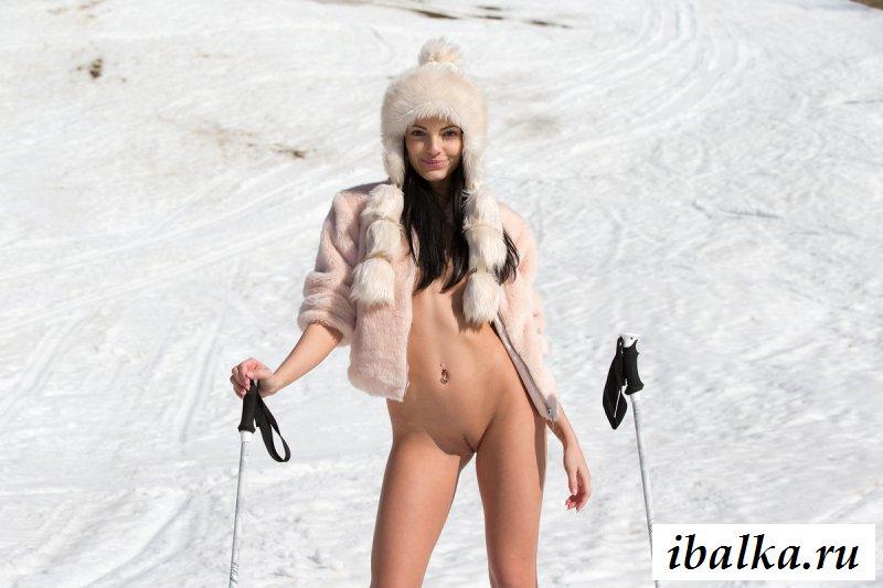 Раздетая девушка из Стокгольма на лыжах в одной шапке (15 фото эротики)
