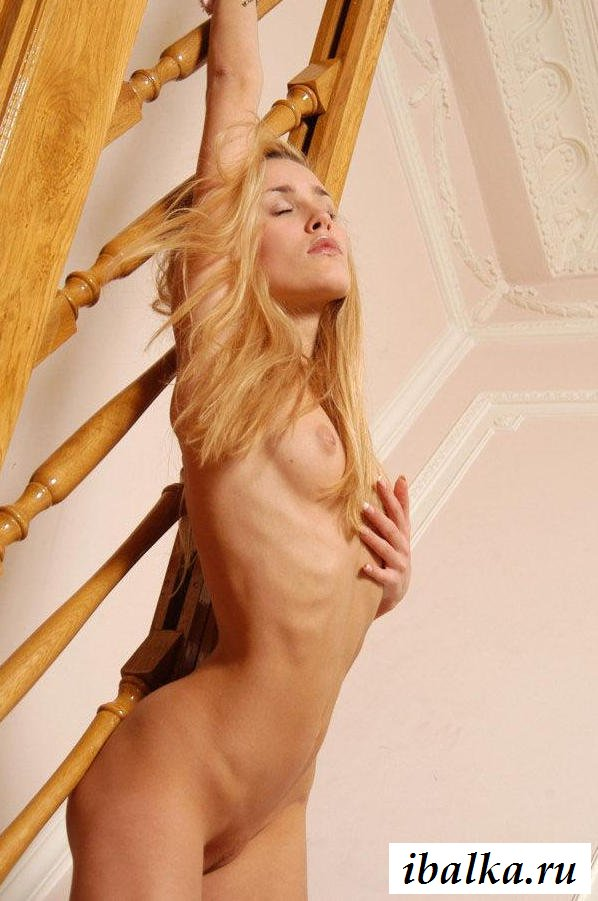 Эротика девахи на лестнице с натруженной пилоткой (31 фото)