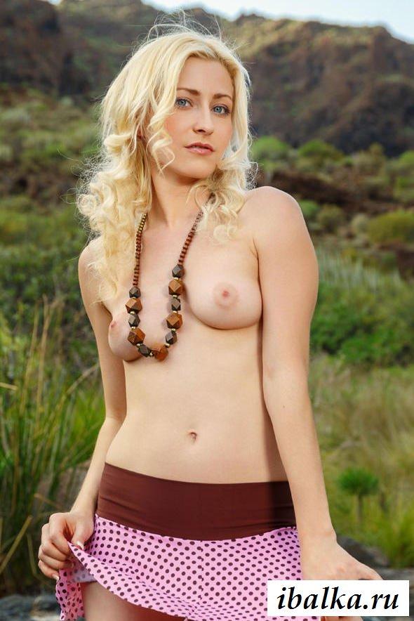 Обнаженная скандинавская киска девки без трусиков (32 фото эротики)