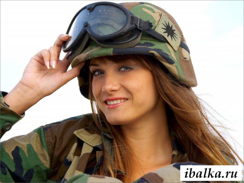 Рядовая голая в униформе на военном полигоне