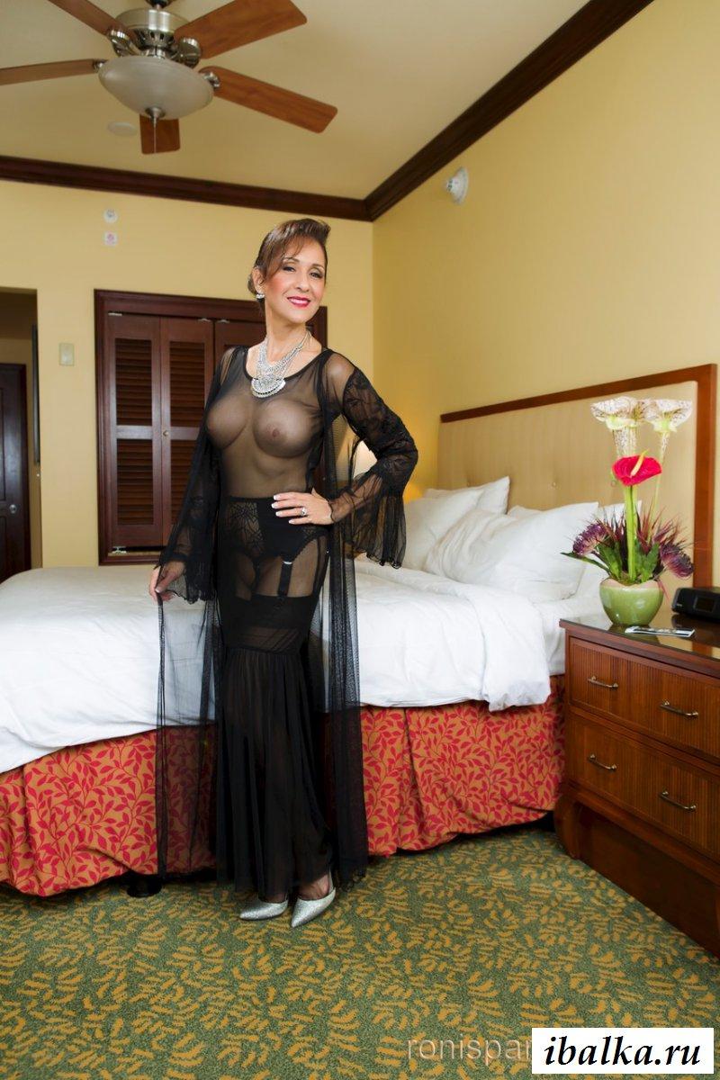 Зрелая Анна в прозрачном платье и с голыми сиськами