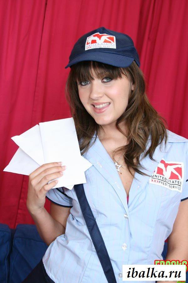 Обнаженная почтальонша принесла письмо
