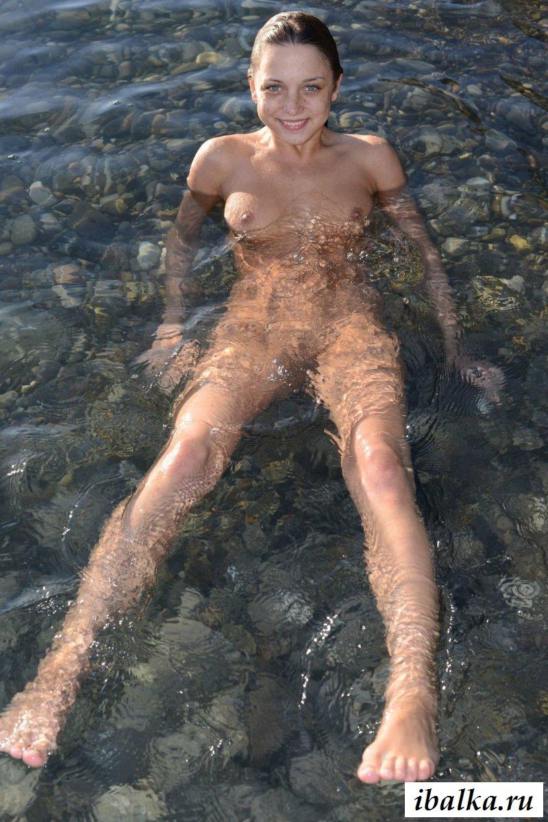 Раздетая телка с веснушками плавает в море