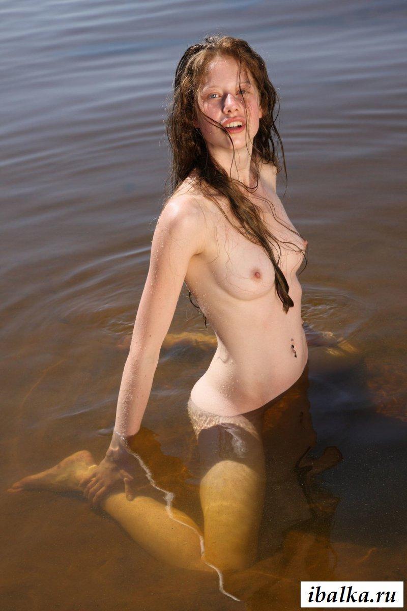 Русская деваха купается в озере голая