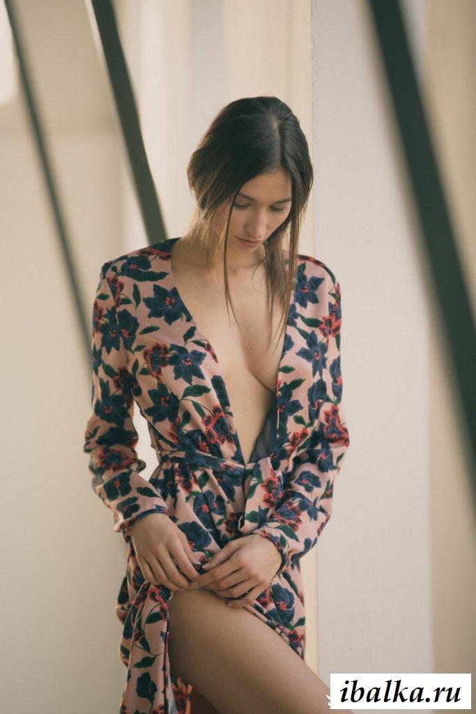 Раздетая модель без нижнего белья