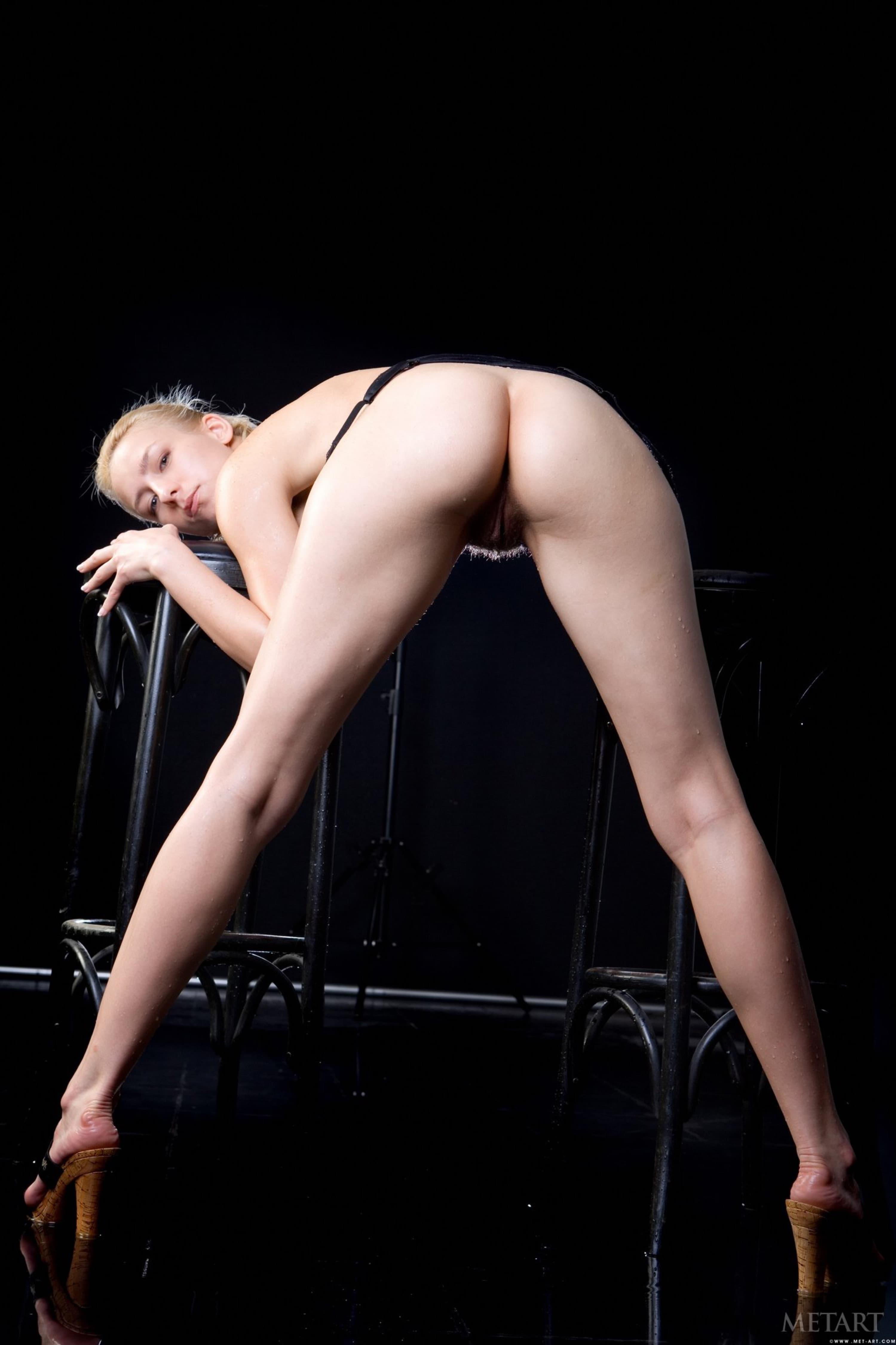 Голая девушка раскрывает пизду в студии