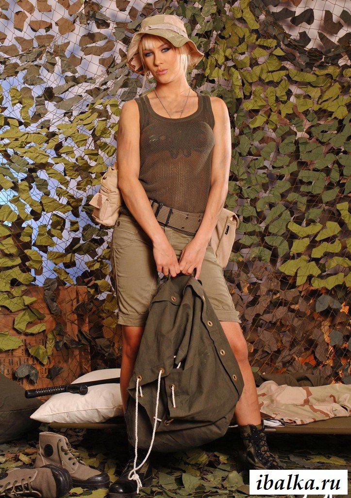 Эротика блондинки в военной форме